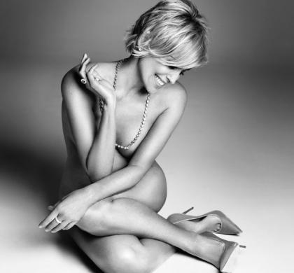 Sharon Stone pose nue pour Harper's Bazaar