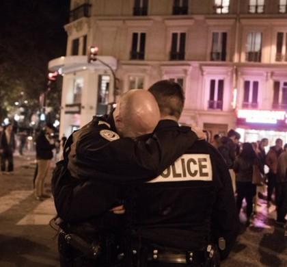 Attentats de Paris : Le cliché des policiers enlacés fait jubiler Daech