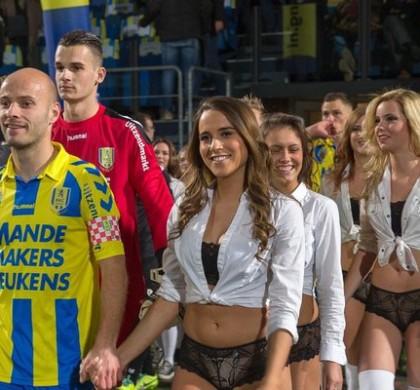 Vidéo : un club de foot néerlandais se fait escorter par des mannequins