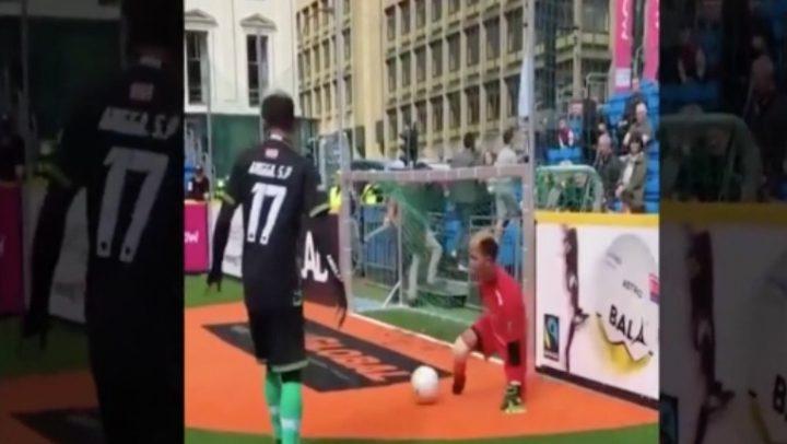 Un gardien de but, handicapé des jambes, fait sensation lors de la Coupe du monde des SDF