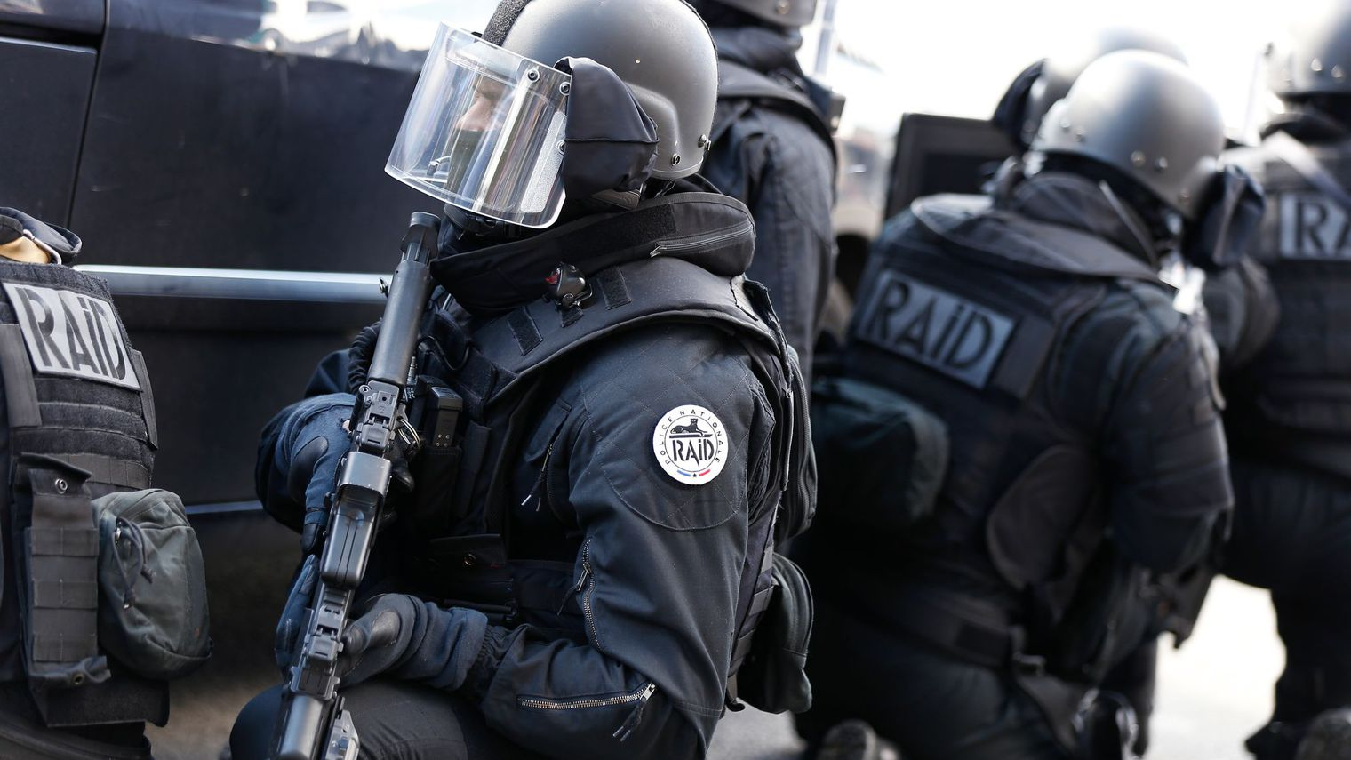 Coups de feu devant un supermarché parisien, l'auteur retranché chez lui