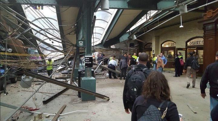 Un train déraille dans le New Jersey – Les images impressionnantes – au moins 3 morts et une centaine de blessés